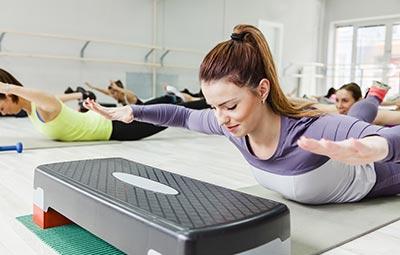 Power Step Aerobics & Κοιλιακοί στο Γυμναστήριο